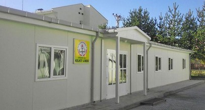 Karmod har etablerat ett prefabricerat gymnasium